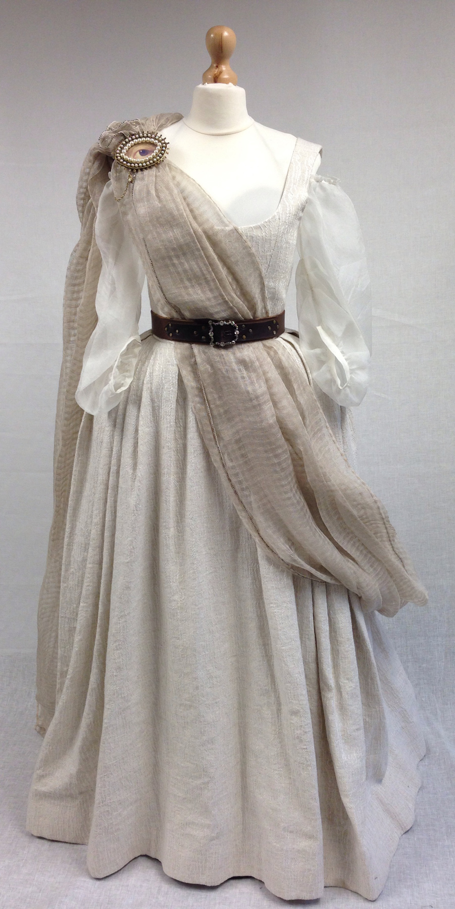 Outlander . Season 1 . Geillis gathering dress